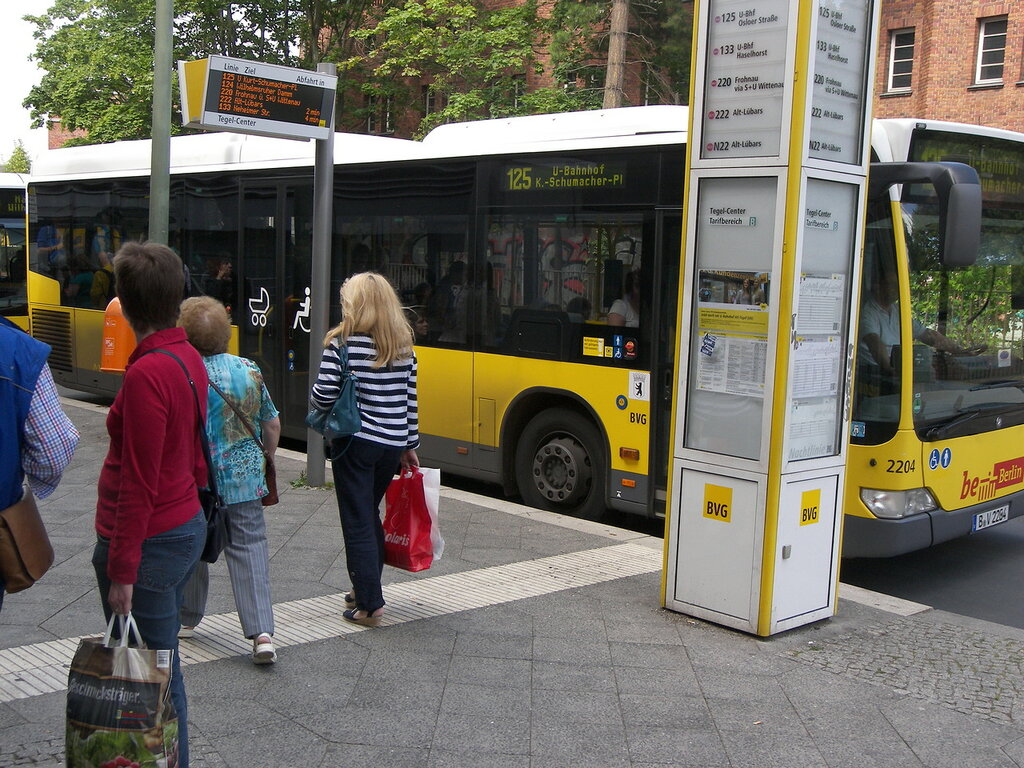 2015-07-15  Berlin (Alt-Tegel) - остановка автобусная непременно снабжена информацией о автобусах, тут останавливающихся, а также четко соблюдаемым (!!!) расписанием их прибытия. На просторах эксСССР = чудо не виданное. Давно не виданное)