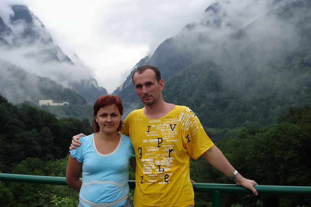 1. В первый свой отпуск мы поехали на рафтинг по реке Мзымта в ущелье Ахцу недалеко от Сочи