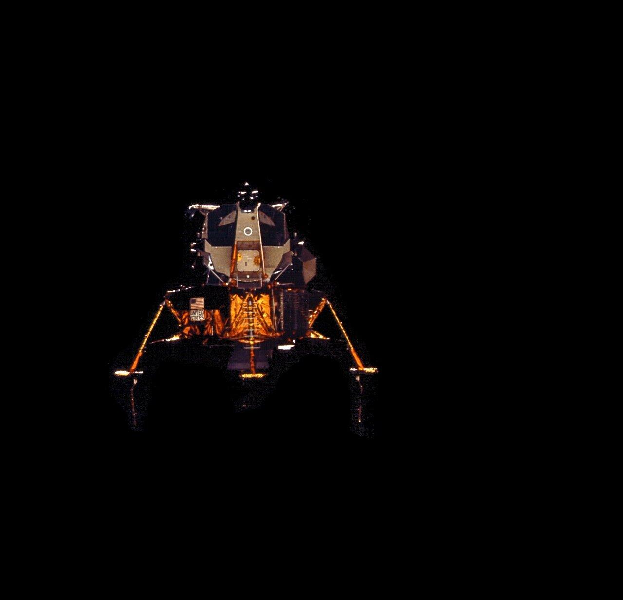 На высоте около 15 000 м посадочный радар «Ориона» захватил лунную поверхность.  На снимке: Лунный модуль «Орион» после расстыковки
