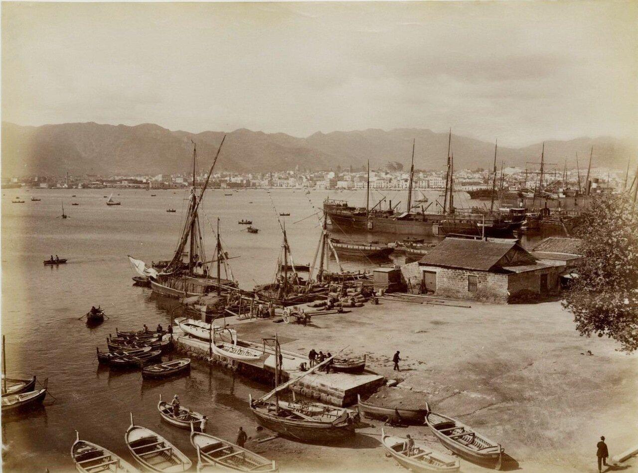 Порт с видом на город