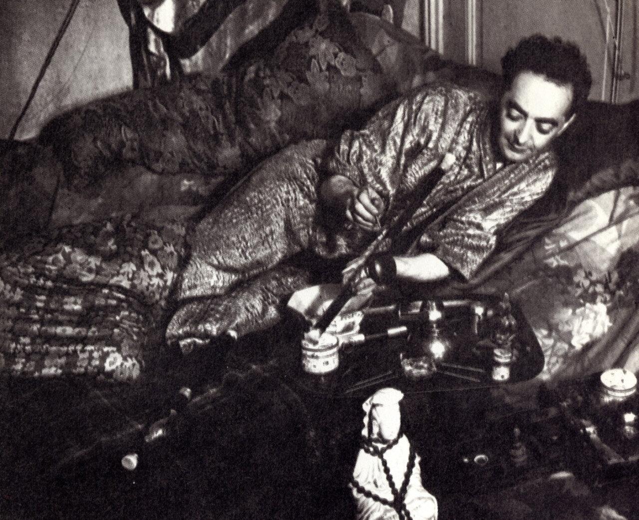 1931. В притоне курильщиков опиума.  Автопортрет