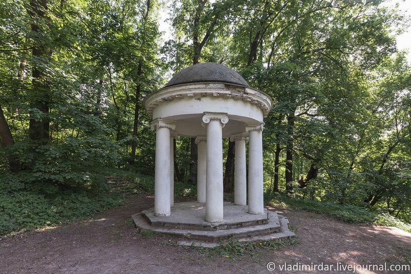 Беседка в парке усадьбы Горки