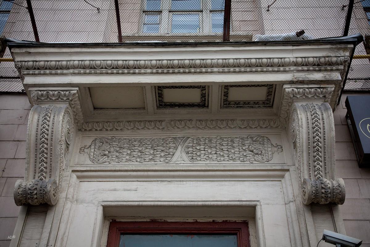 Десятиэтажный двенадцатиподъездный кирпичный жилой дом в стиле позднего сталинского ампира.