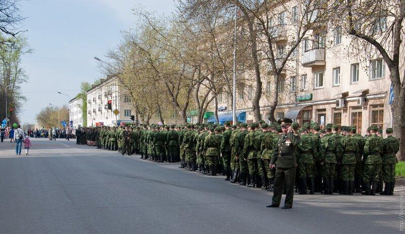 группа солдат парад девятое мая