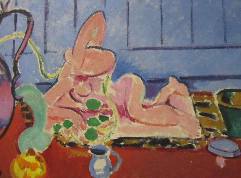 Матисс. Розовая статуэтка и кувшин на красном комоде