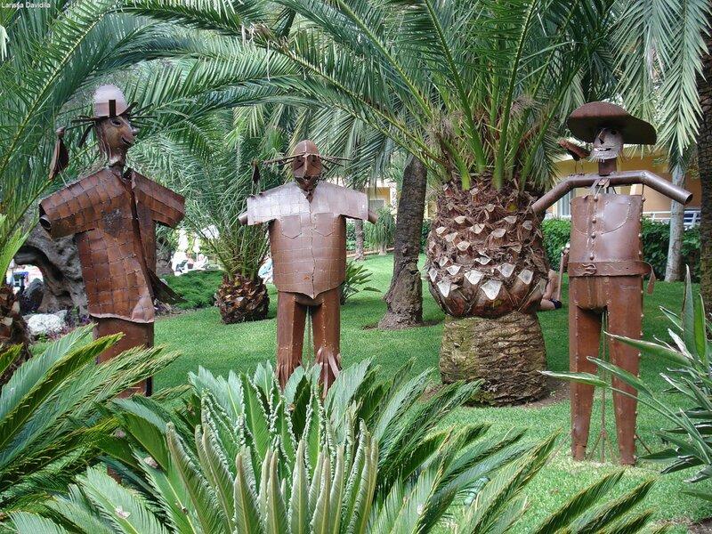 Забавные скульптуры в саду отеля.