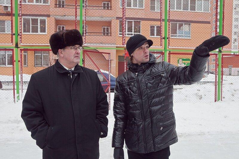 Мэра Александра Гусева школьники тут же одарили своими деревянными поделками, которых к концу осмотра собралось  на несколько кабинетов в городской администрации.
