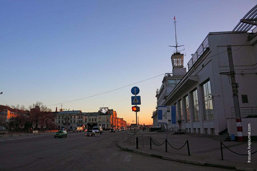 Площадь Маркина перед зданием речного вокзала Нижнего Новгорода