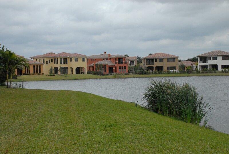 Флорида. Дома городка Паркленд на берегу пруда.