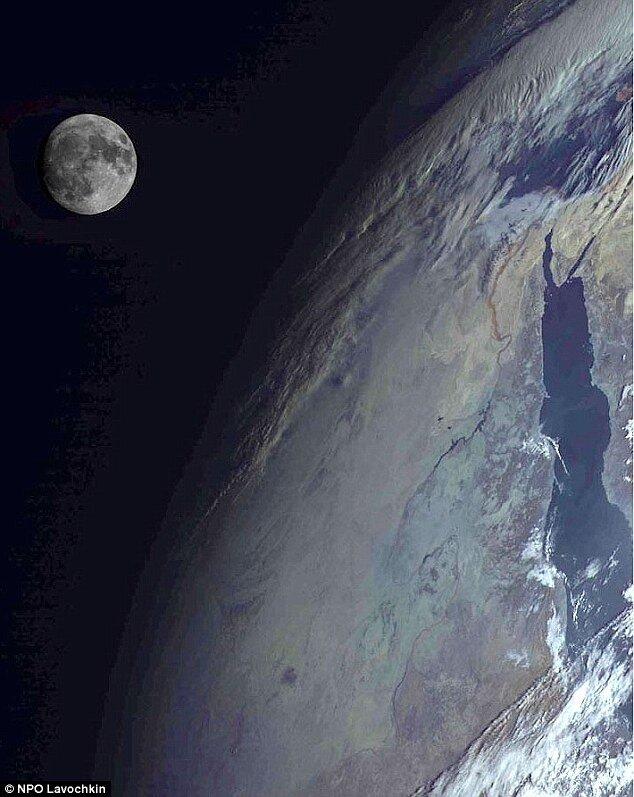 собой небольшую фото земли из далекого спутника ниже замка