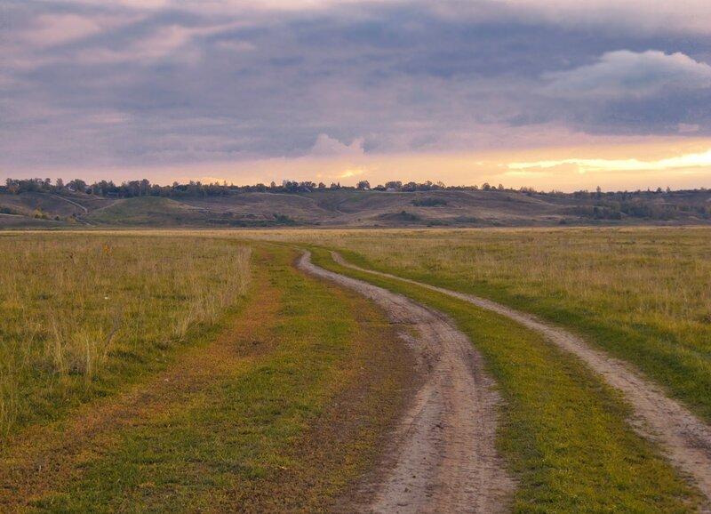 ...Дремлет старая дорога, ей сегодня повидалось, что совсем-совсем немного ждать зимы седой осталось...