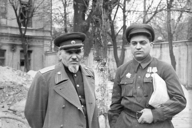 Ковпак и комиссар Кизя Л.Е. в Киеве. 1947г..jpg