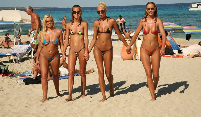 дамы на пляже фото