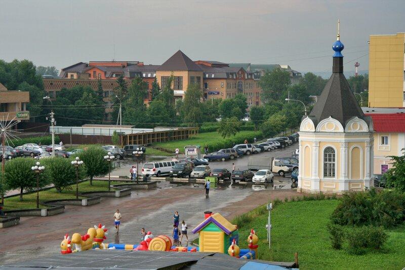 Вид с крепостного вала Дмитровского кремля на Александровскую часовню и центральную площадь