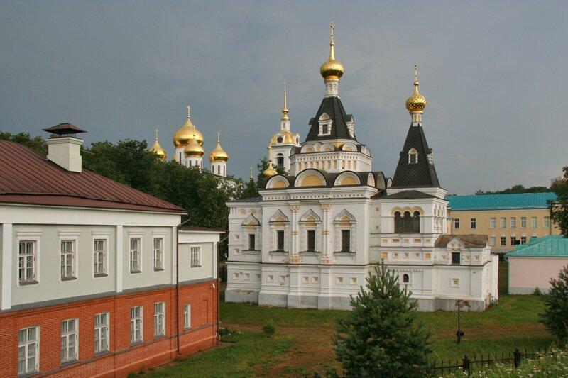 Дмитровский кремль, Елизаветинская церковь и здание Дворянского собрания (слева)