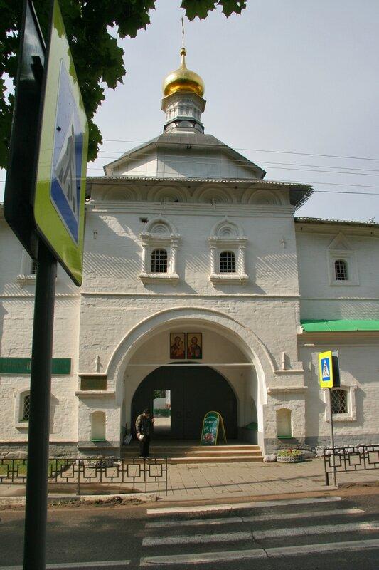 Дмитров, Борисоглебский монастырь, Святые ворота и надвратная церковь Николая Чудотворца
