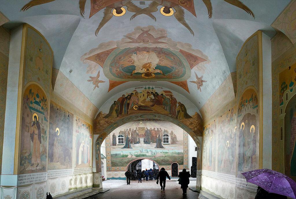 Настенная роспись надвратной церкви Троице-Сергиева Лавры