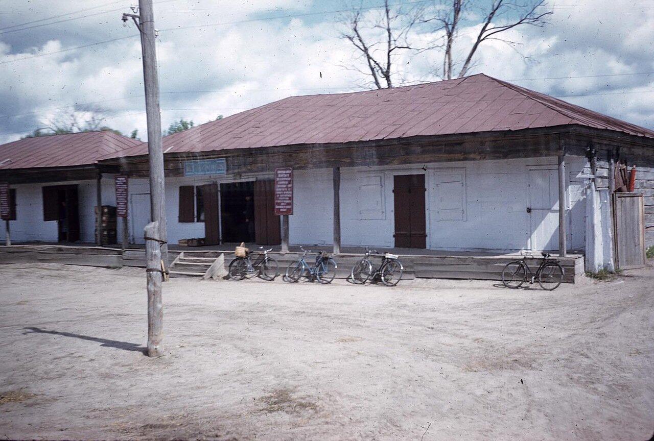 Велосипеды перед неопознанным зданием