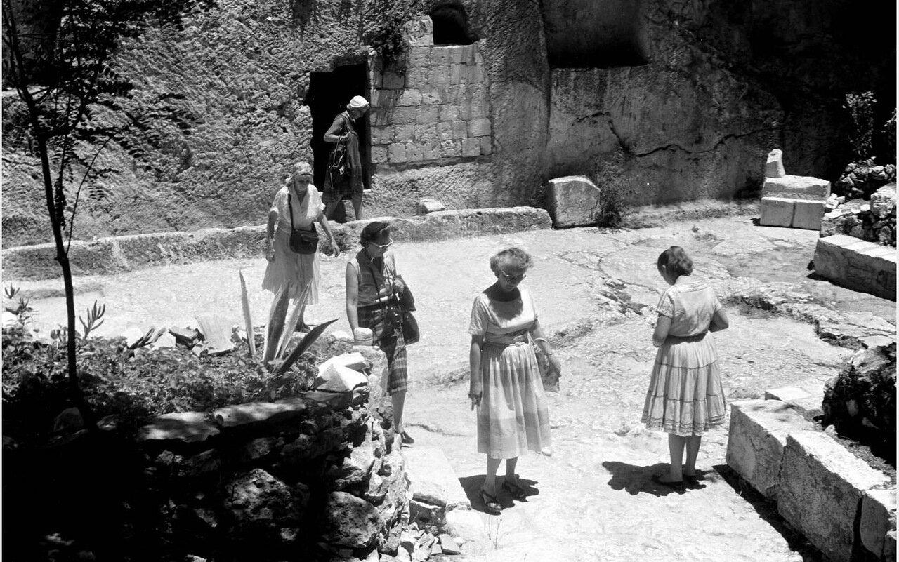 Туристы, посещающие Садовую могилу