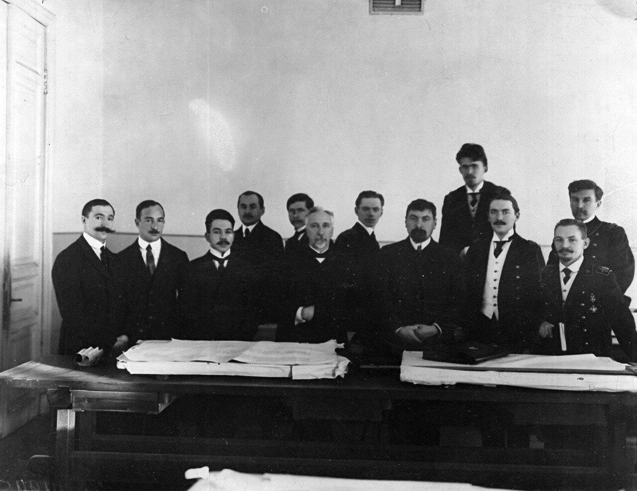 17. Группа студентов-выпускников и профессорско-преподавательского состава после защиты дипломов
