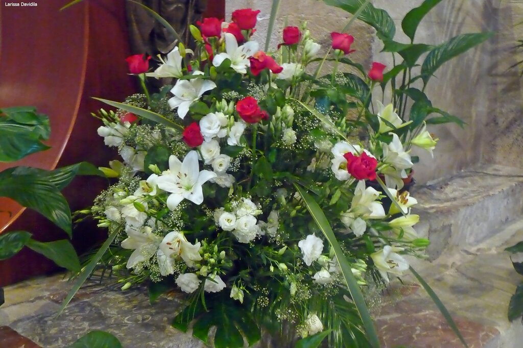 Икебаны цветов для церемонии венчания.
