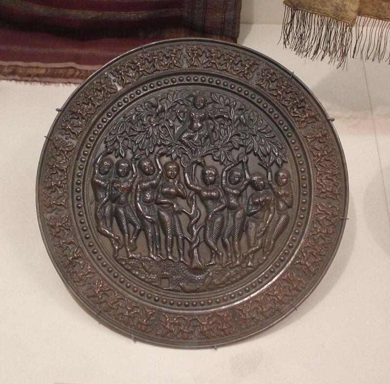 Поднос с изображением сцены из легенд о проказах Кришны, похитившего одежды купальщиц