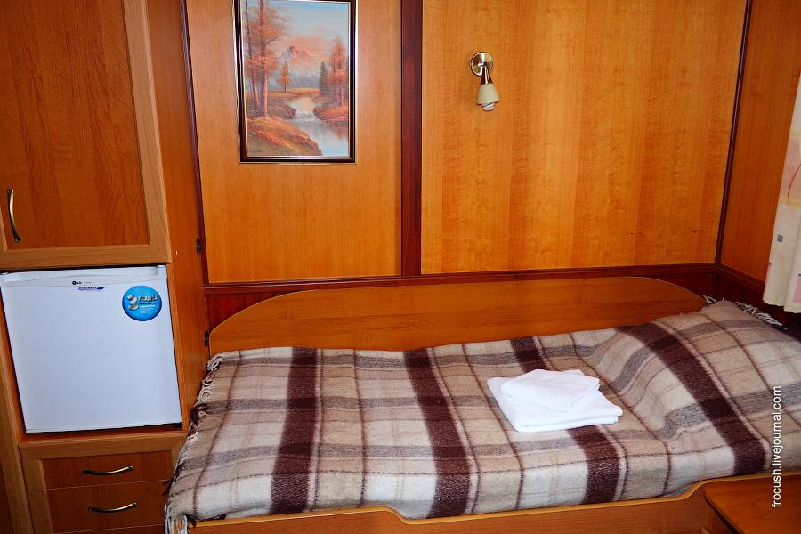 Двухместная одноярусная каюта увеличенной площади №325 со всеми удобствами на средней палубе теплохода «Карл Маркс»