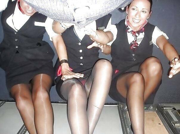 у стюардесс под юбками
