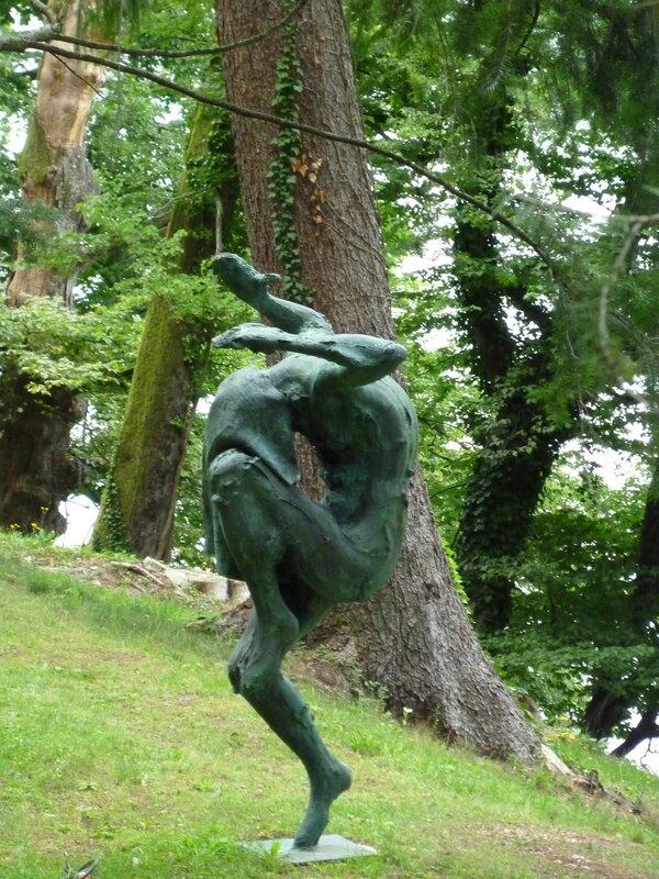 И не менее странные скульптуры по-соседству...