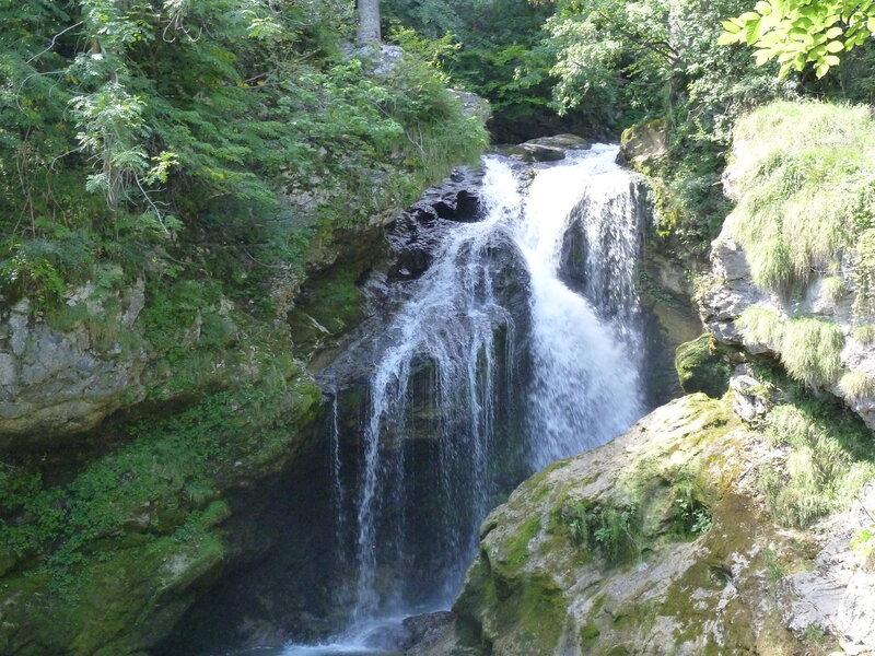 Местный водопад - совсем не Рейхенбахский:)