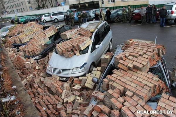 Сильный ветер в Бресте обрушил кирпичную стену на десяток автомобилей