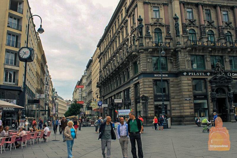 Идем по пешеходной улице в центре Вены