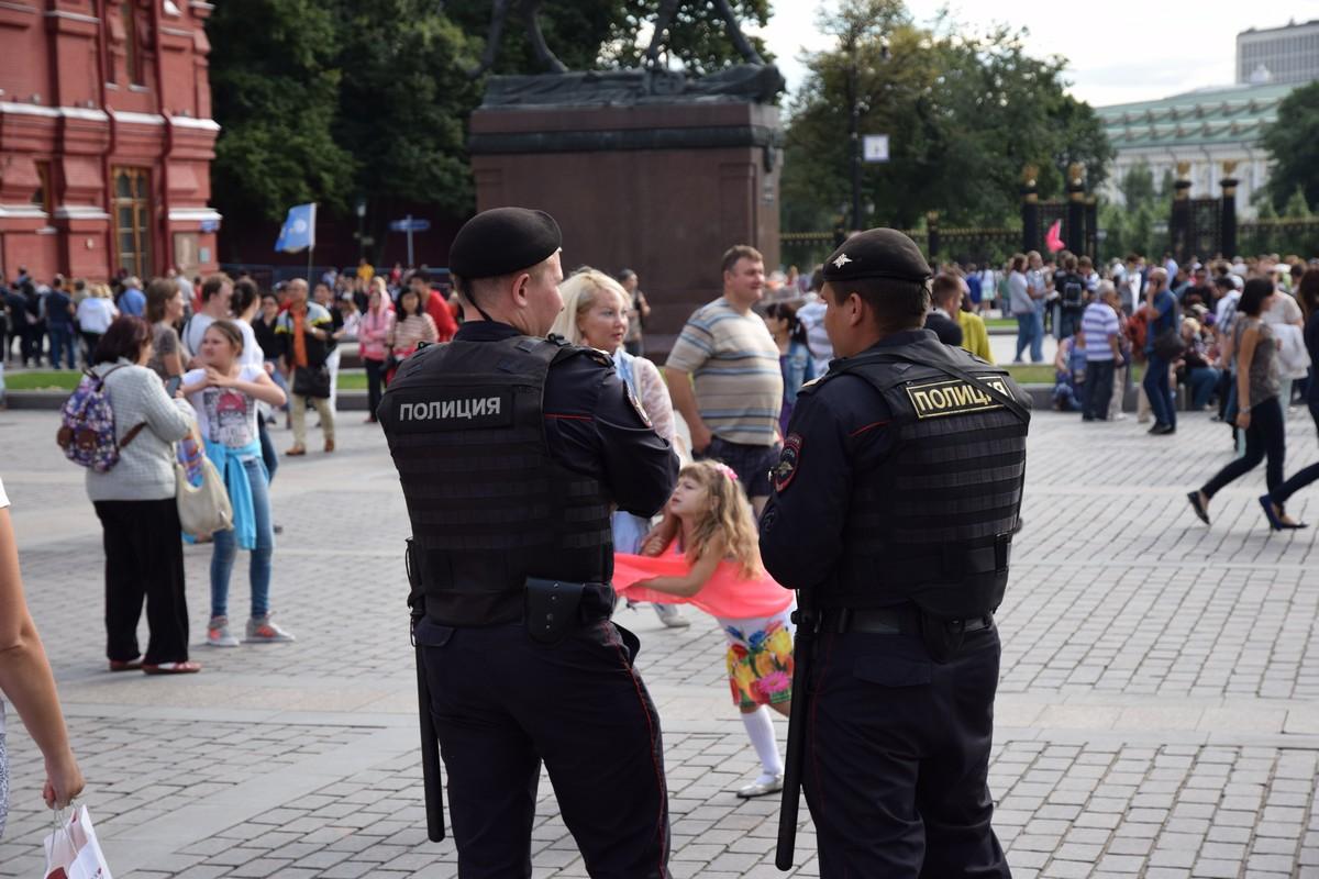 у памятника Жукову в это время стояли усиленные наряды полиции