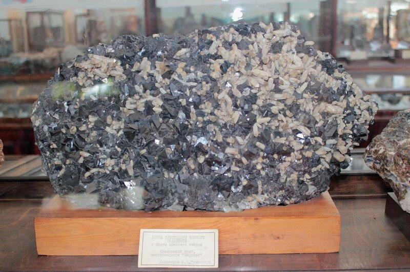Друза кристаллов чёрного сфалерита и более позднего кварца