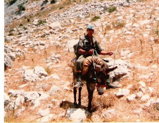 4cie-sud-liban-82-centrale-lectrique-l-ane-pose-juste-pour-la-photo-sur-la-photo-marc-lecoeur.jpg