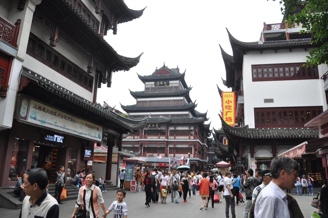 Пешеходная улица между храмом и садом