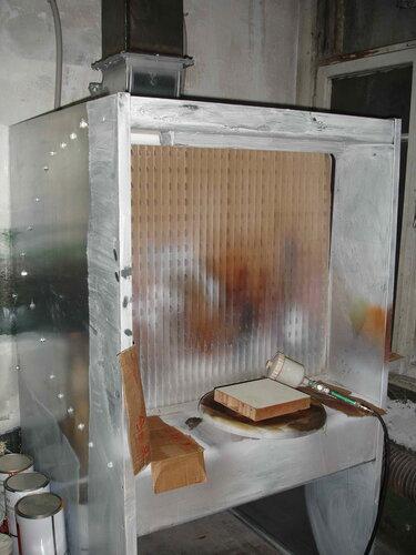 Фото 18. В данном производственном помещении осуществляют колеровку красок.