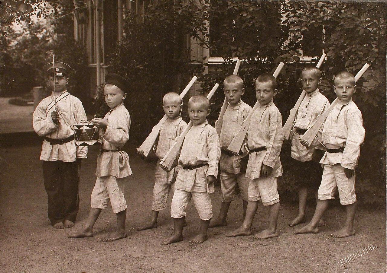 19. Группа мальчиков во время игры у здания приюта