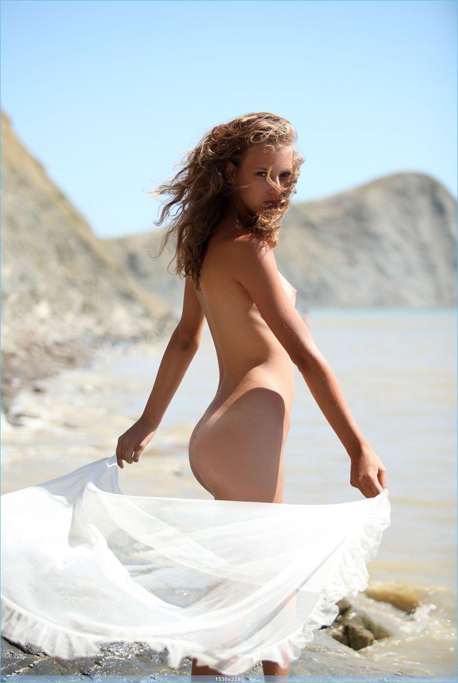 Молоденькая прелесть на побережье
