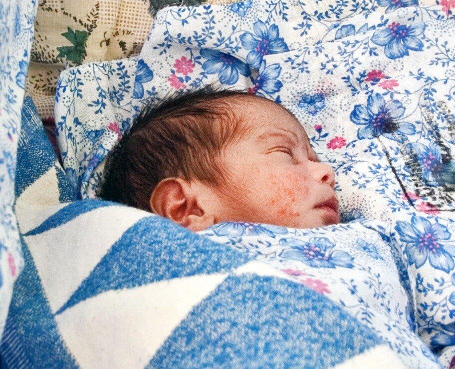 Соседями у малыша ещё трое несчастных малюток – от них на прошлой неделе отказались матери - вернее, женщины, которые их родили в нашем Одинцовском роддоме и там же бросили.