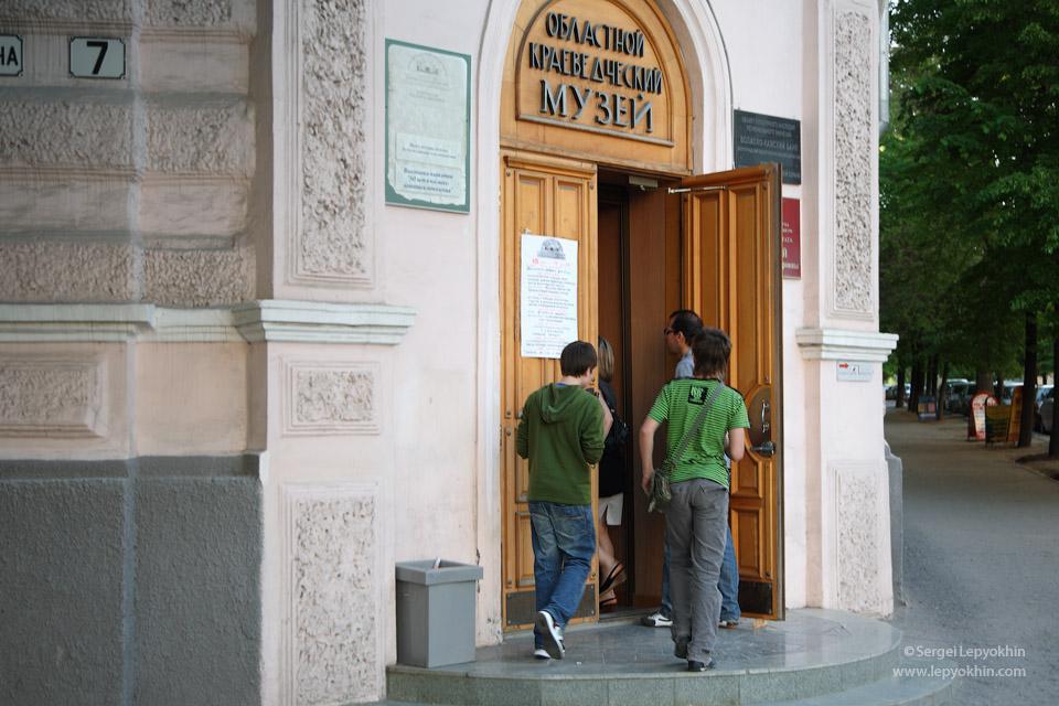 В этом здании музея находятся авиационные и космические экспозиции. Акция «Ночь в музее» в Волгоградском областном краеведческом музее.
