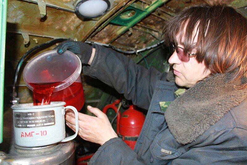 Михаил заправляет АМГ-10 в Ил-14Т