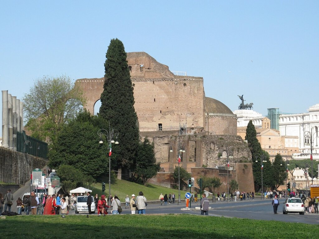 Рим. Базиликой Максения-Константина (basilica di Massenzio-Costantino)