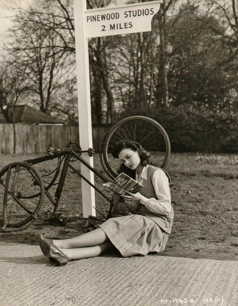 Jean Simmons read a book, waits for SAG wagon.jpg