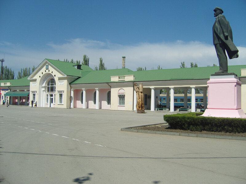 Ленин в кепке у вокзала