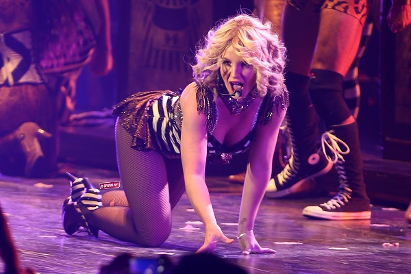 Бритни Спирс упала со сцены