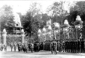 Император Николай II с группой офицеров обходит почетный караул казаков в день освящения храма.