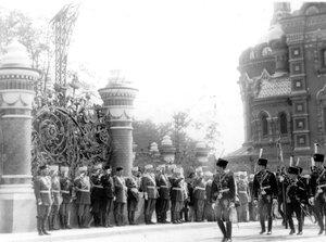 Лейб-гвардии  гусарский его величества полк проходит мимо императора Николая II в день освящения храма.
