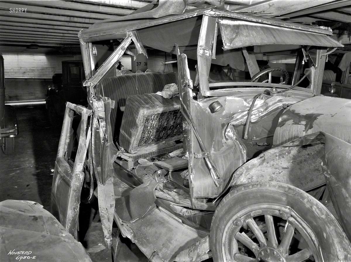 Аварийный автомобиль под крышей гаража крупным планом (1930 год)