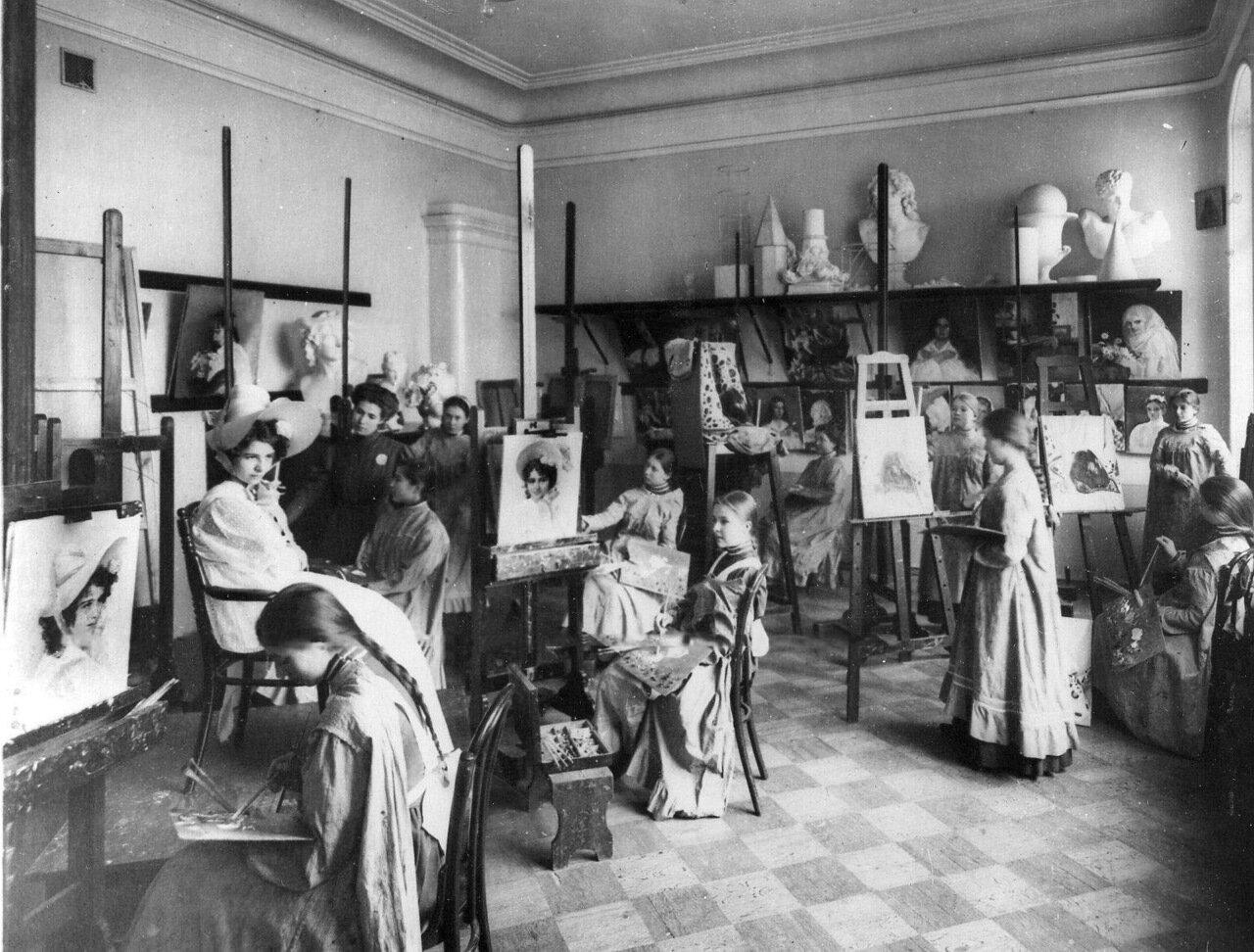 12. Воспитанницы на занятиях живописью